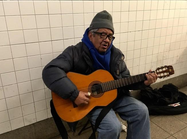 Paga universidad a sus nietos cantando en los trenes