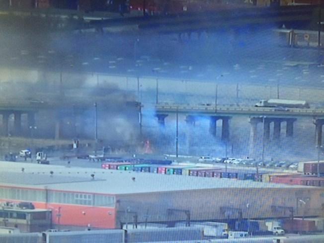 Bomberos batallan contra incendio forestal en Newark, NJ