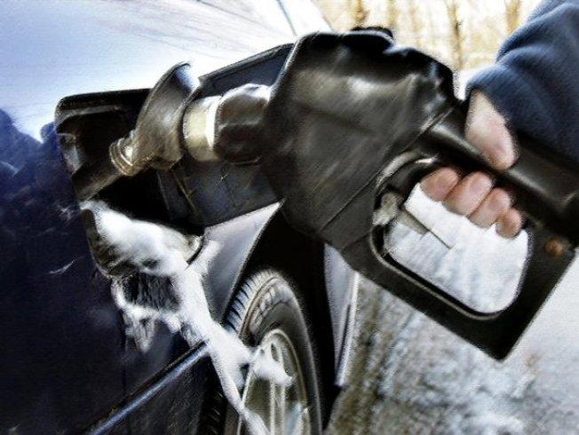 Continúa bajando el precio de combustible