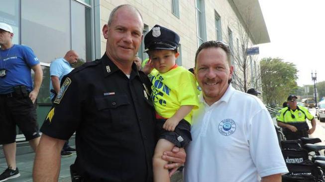 Niño paciente de cáncer se une a la policía