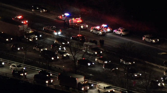 Peatón muere atropellado en autopista de Queens