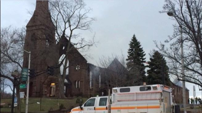 Poderoso incendio arrasa con iglesia histórica en NJ