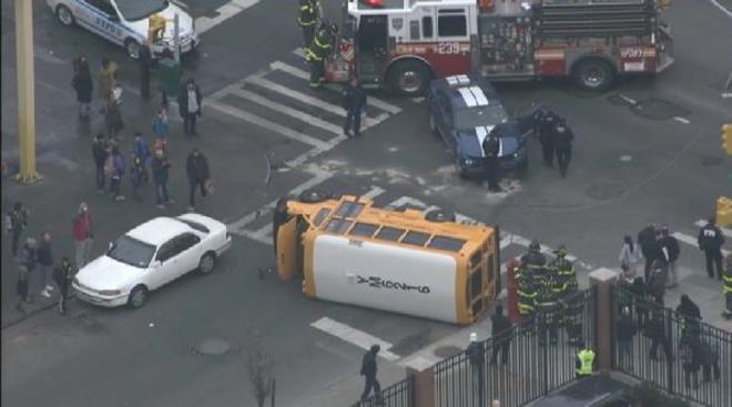 Niños y un adulto heridos tras accidentarse un bus escolar