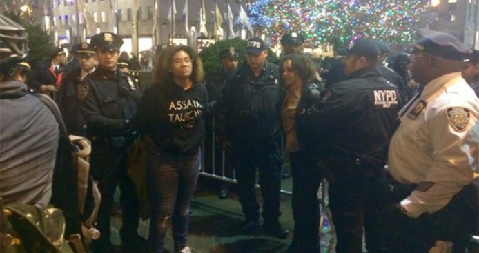 3 personas arrestadas tras intentar escalar árbol navideño